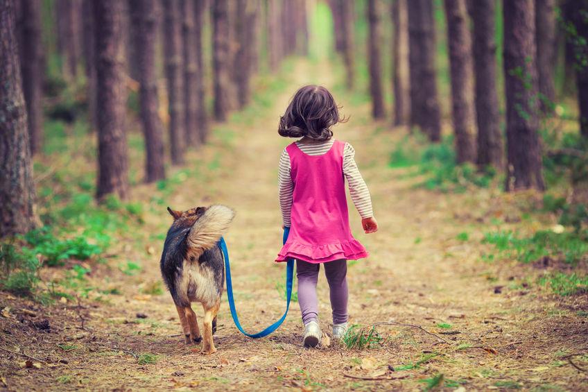 Petite fille promenant un chiot