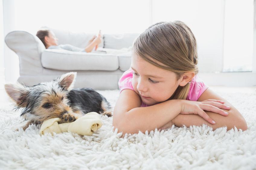 petite fille avec son chien